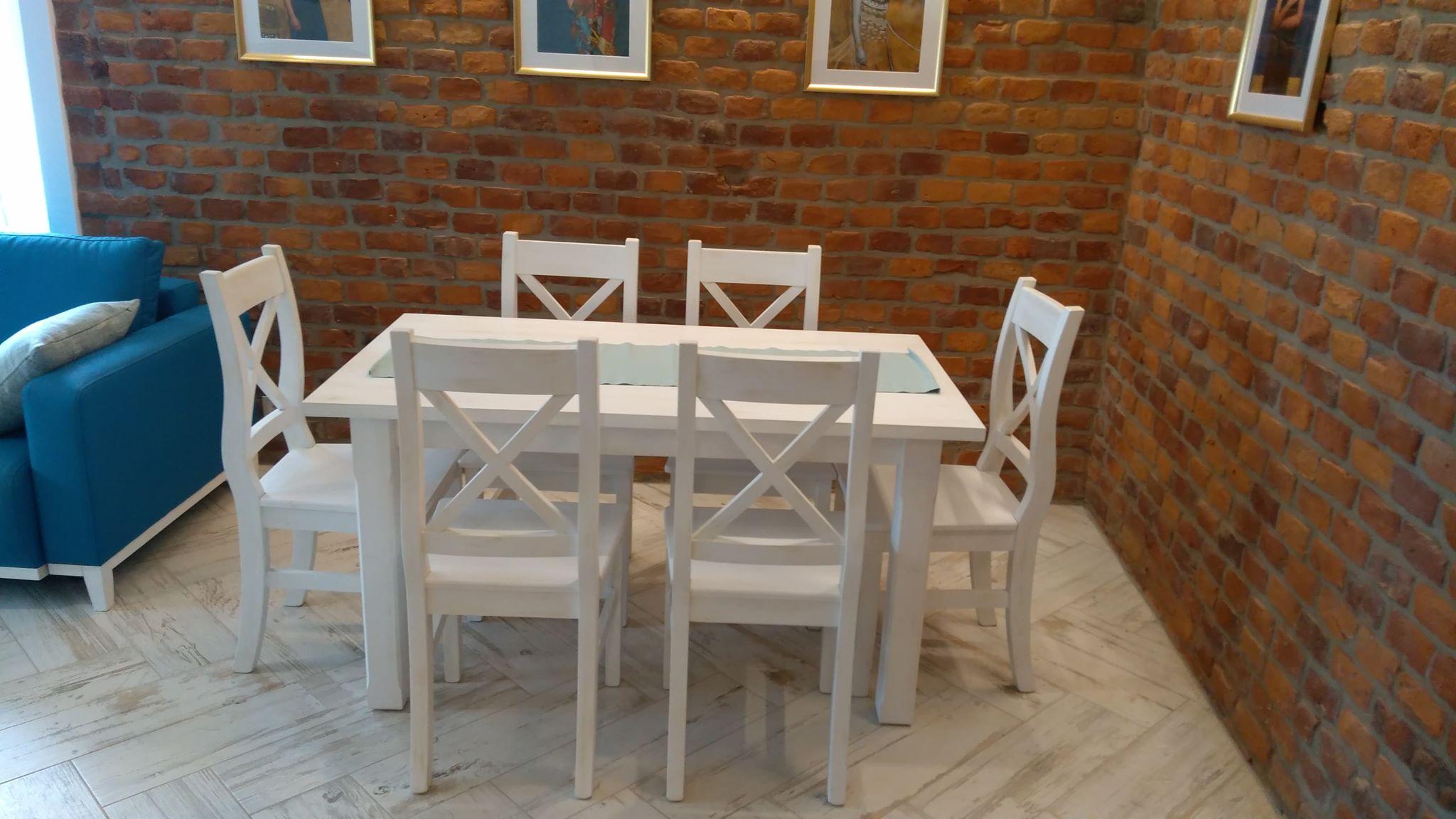 biały stół z krzesłami
