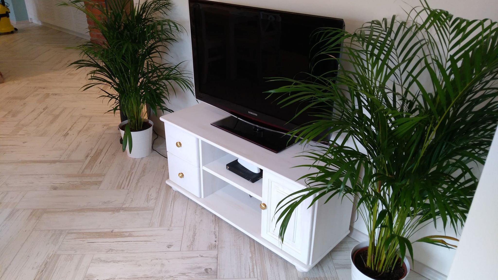 biała szafka pod telewizor