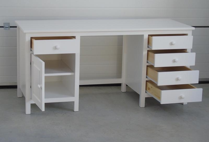 białe biurko drewniane